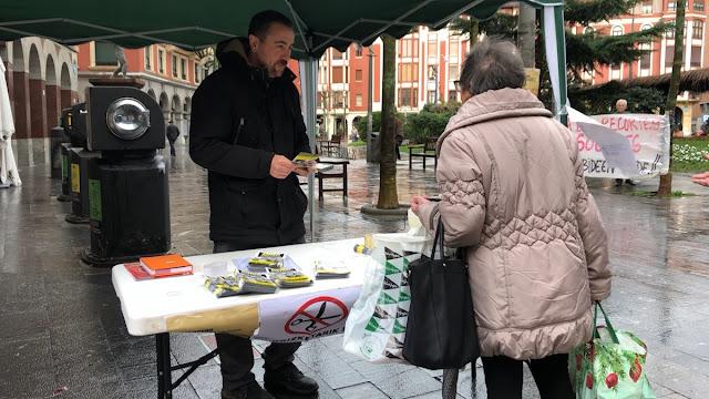 Puesto de información de Berri-Otxoak sobre las ayudas sociales del Ayuntamiento