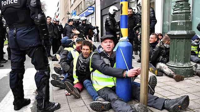 Los manifestantes denuncian que pasaron varias horas en la instalación, sin agua ni poder ir al baño.