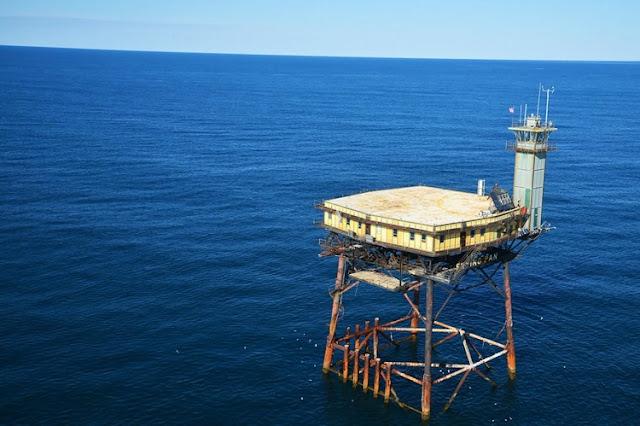 فندق غريب في منتصف البحر