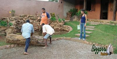 Preparando para chumbar as peças de madeira de Jacarandá onde vai ser colocado o eixo de madeira para ele funcionar no lago de pedra com a bica d'água de madeira. Ao lado, minha filha Katia Bizzarri observando os trabalhos.