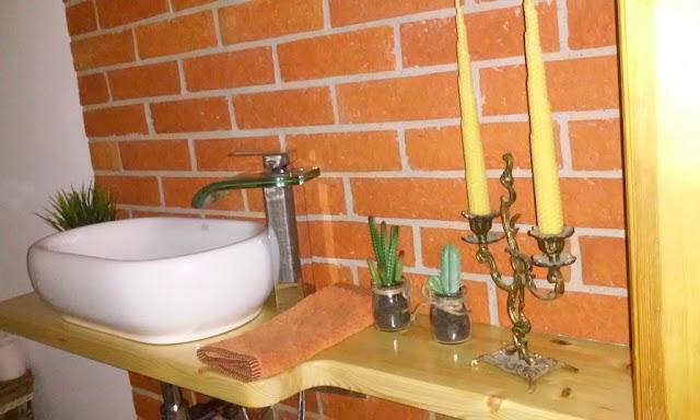 łazienka z płytek z cegły