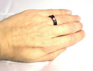 Bague en cuir décoré sur une main