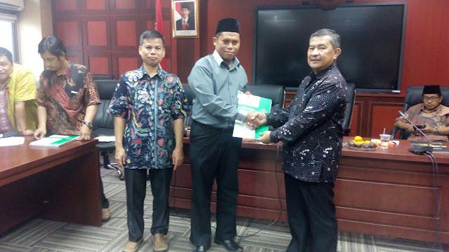 Penyerahan SK Oleh Direktur Diktis (Prof. Dr. Amsal Bakhtiar) kepada Ketua Sekolah Tinggi Ilmu Syariah Hidayatullag Balikpapan (Dr. Abdurrohim, M.Si)