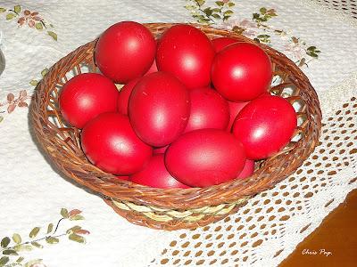 Κόκκινα αυγά Πασχαλινά σε καλαθακι μέσα πάνω σε τραπέζι