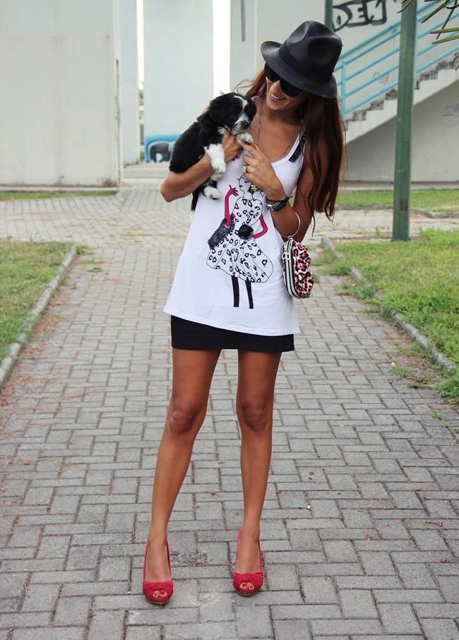 crna mini suknja beli top crvene cipele sa otvorenim prstima