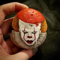 Decoración para Halloween con piedras pintadas payaso IT