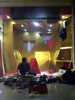 Perakitan dan penataan interior toko tas