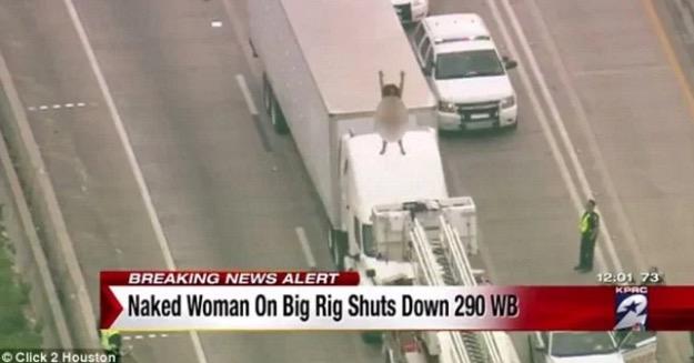 Wanita bogel selamba menari atas trak buat jalan sesak