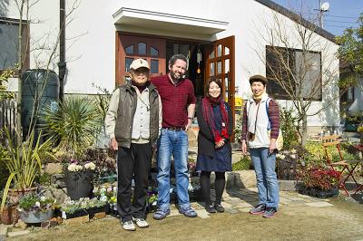 季の庭の玄関で記念写真