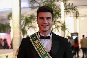 Bruno Poczinek, Mister Brasil, atrai flashes no São Paulo Fashion Week