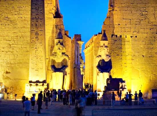 Colosales estatuas de Ramsés II