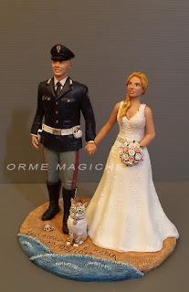 Statuette sposi milano divisa uniforme gatto sposa bionda torta nuziale orme magiche