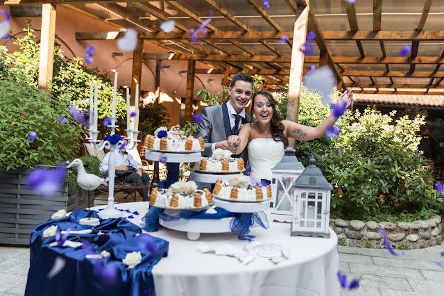 Come allestire tavolo torta nuziale tema mare blu e bianco
