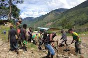 Satgas Pamrahwan Yonif Mekanis Raider 412 Kostrad Bantu Benahi Drainase