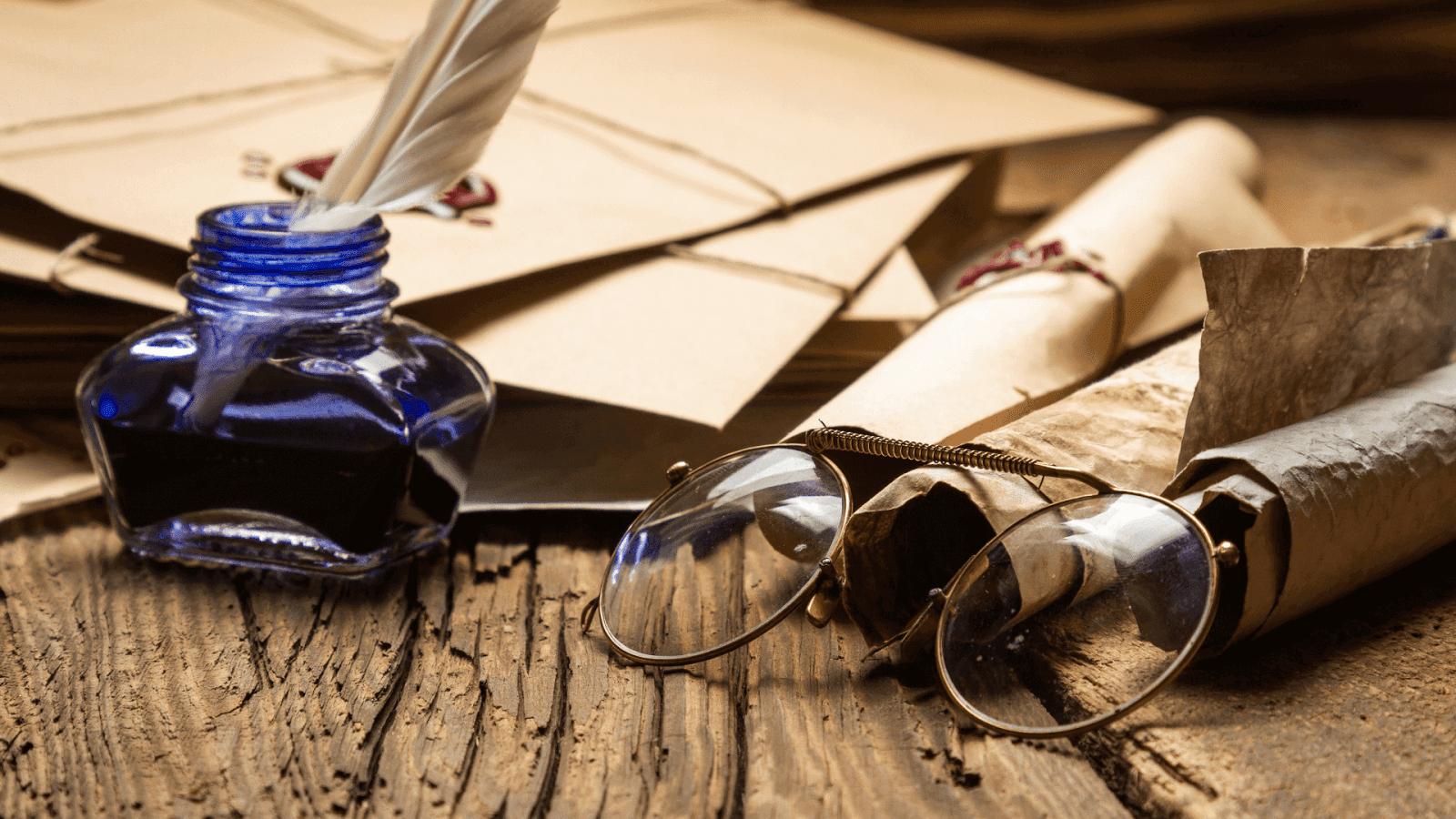 óculos e tinteiro