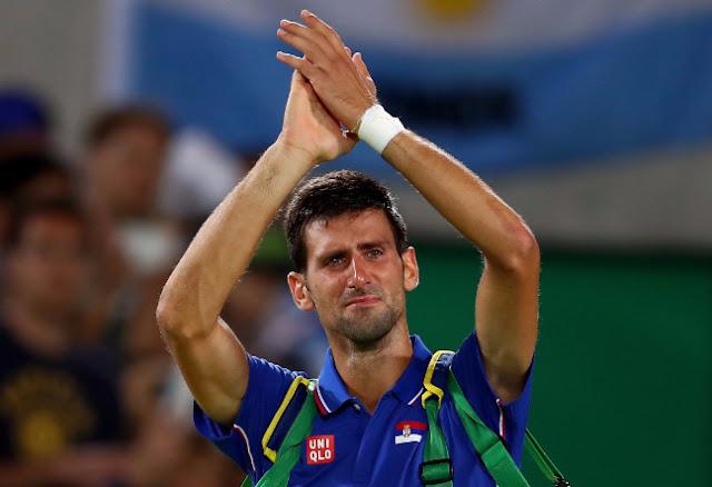 El tenista serbio Novak Djokovic agradece en la derrota