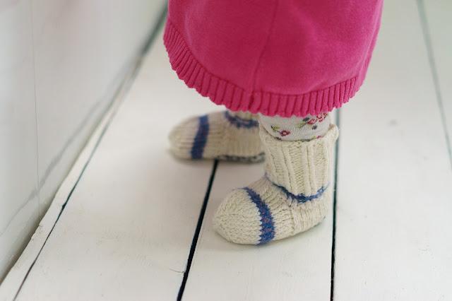 детские ножки в шерстяных носочках