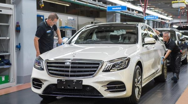 2018 Mercedes-Benz S560 Drives Itself Off Assembly Line