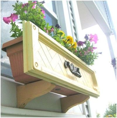 Modifikasi pintu laci bekas jadi window box untuk menghias jendela rumah anda.