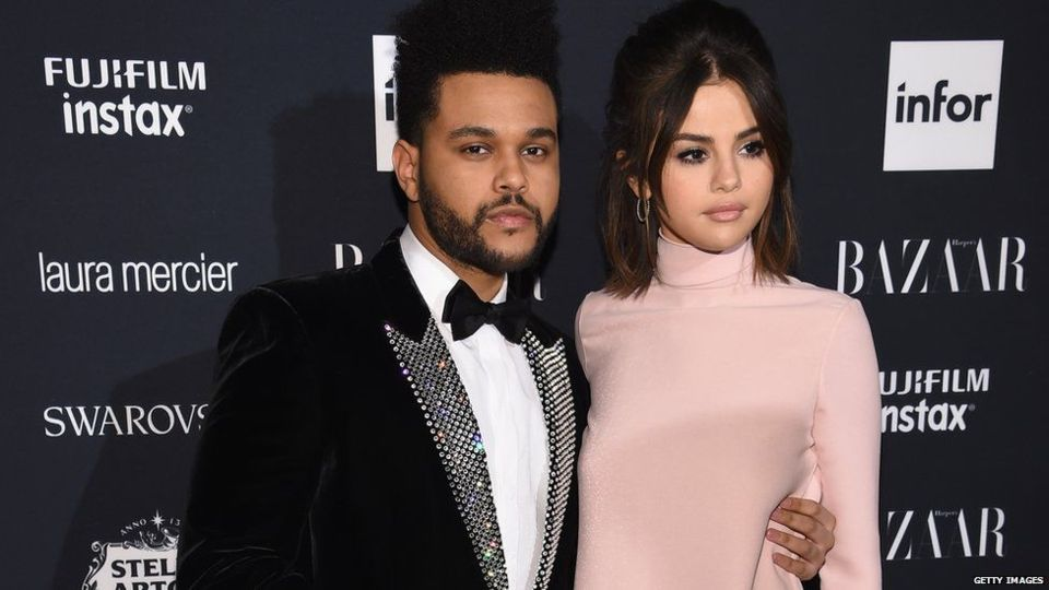 Untuk pertama kalinya Selena Gomez tampil setelah operasi transplantasi ginjal bersama pacarnya The Weeknd di New York.