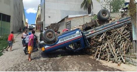 Motorista perde controle e capota caminhão carregado de lenha em Santana do Ipanema