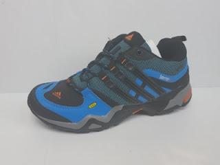 Sepatu outdoor untuk cowok