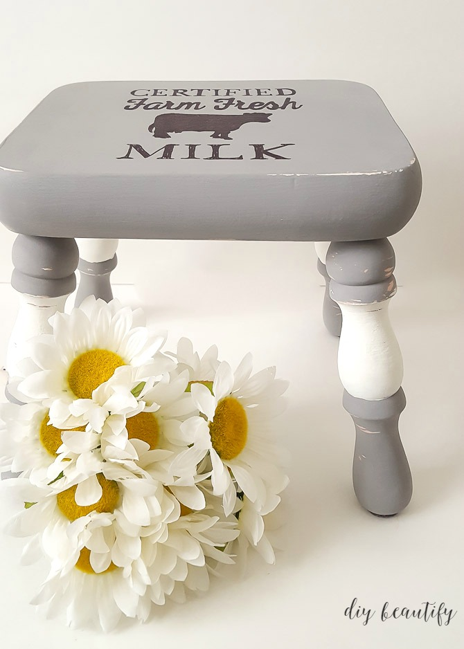 I gave my kitchen stool a farmhouse makeover using all-natural chalky paint from L'Essentiel Botanics Furniture Paint! Find out more and get the graphic tutorial at diy beautify!