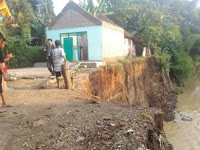 Banjir Lagi, Dua Rumah di Morosari Nyaris Hanyut di Telan Sungai
