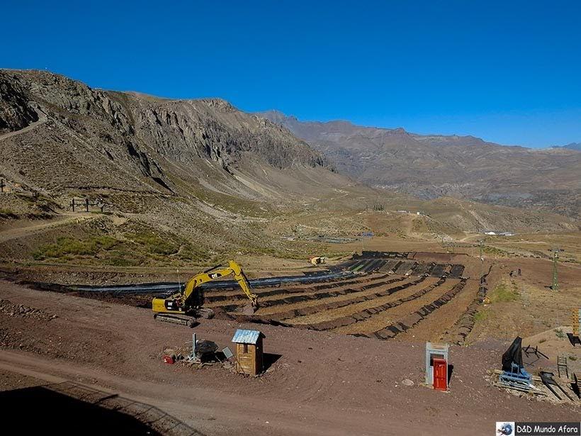 Trator preparando a pista do tobogã no Parque Farellones - Valle Nevado no verão