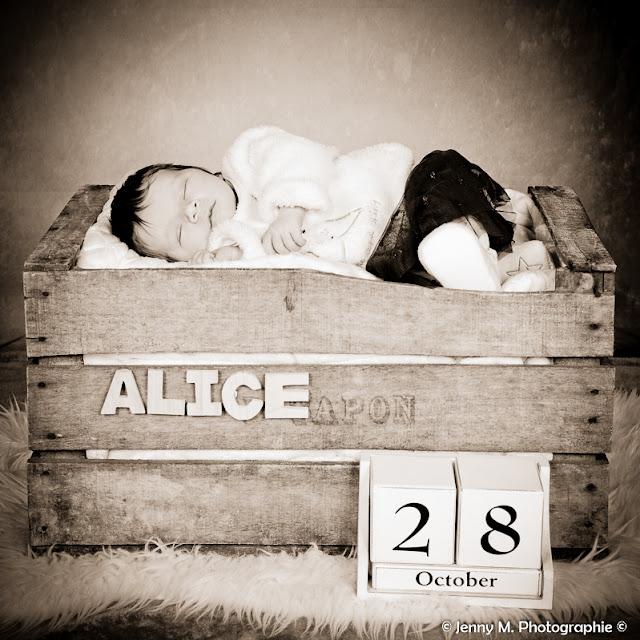 portrait bébé en sépia bébé dans caisse en bois
