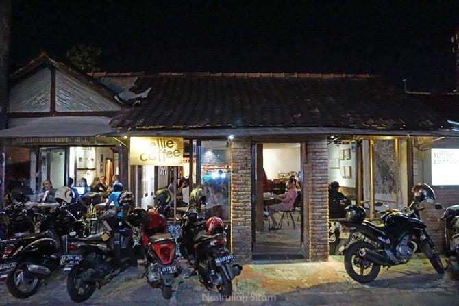 Kedai Sellie Coffee Jogja kala malam hari