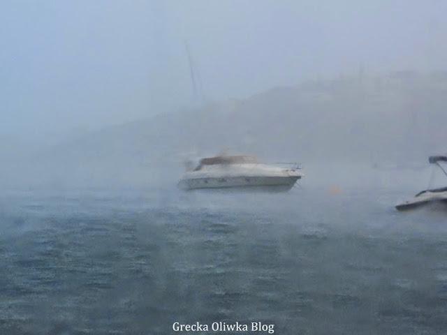 yacht na wzburzonym egejskim morzu ulewa