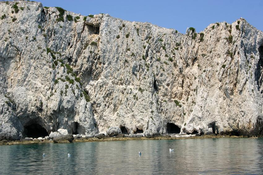 Jaskinie o ciekawych formach i łuki wyrzeźbione w skałach