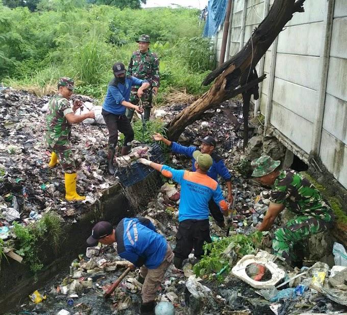Antisipasi Banjir, Koramil 01/Pancoran Mas Bersama Warga Bersihkan Saluran Air