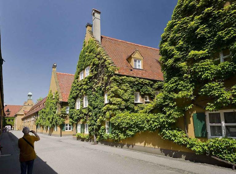 Moradias populares medievais em Fuggerei (Augsburg) a preço irrisório, o mesmo de há cinco séculos.