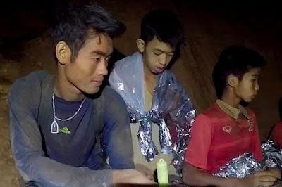 la meditazione buddista insegnata dall'allenatore ha mantenuto i ragazzi calmi nella grotta