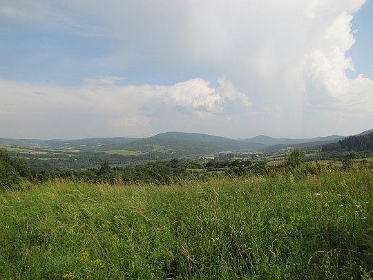 Dolina Jasiołki z drogi do Pustelni Św. Jana. Środkowe wzniesienie to Piotruś (Pitrosa; 728 m n.p.m.).