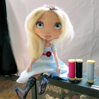 Poupée en tissus, Alexandra, classique, alpaga, fait-main, fabric doll
