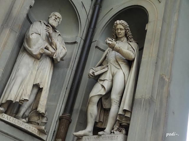 Estatuas de Galileo y Micheli, Uffizi, Florencia