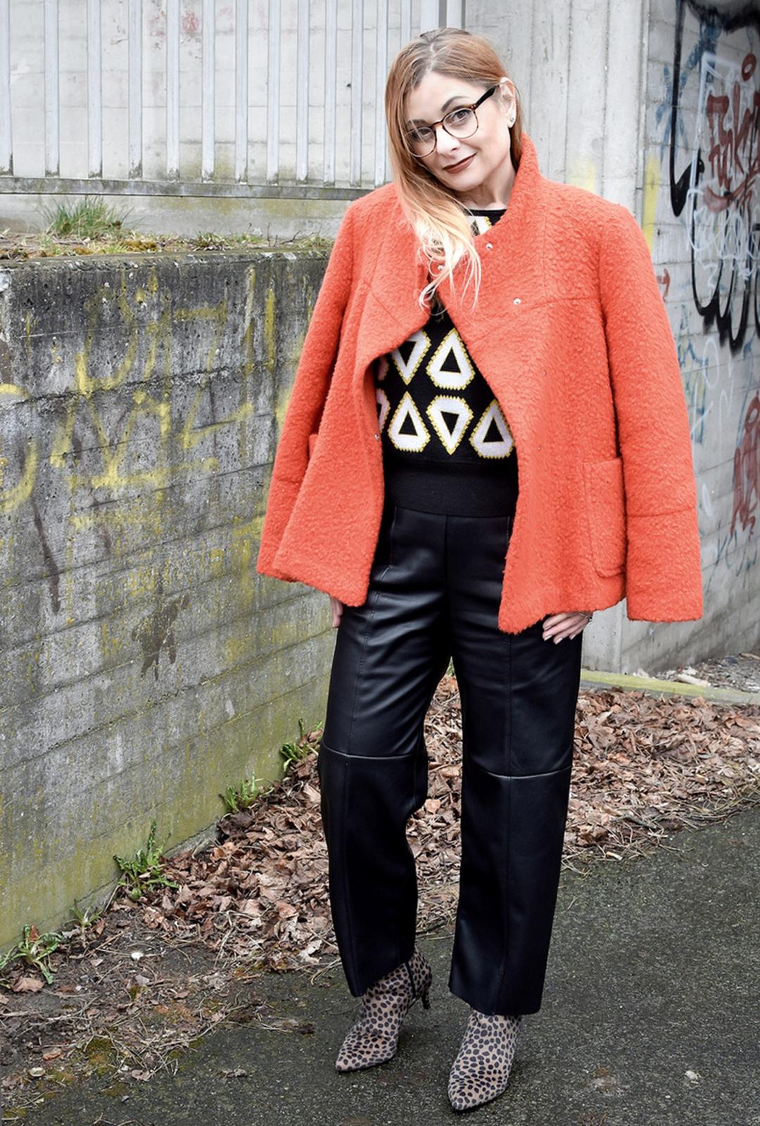 Damenschuhe mit Leomuster, Orange Jacke, schwarze Damenlederhose, ü40 Looks