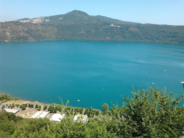 File:Lago di Castel Gandolfo.jpg