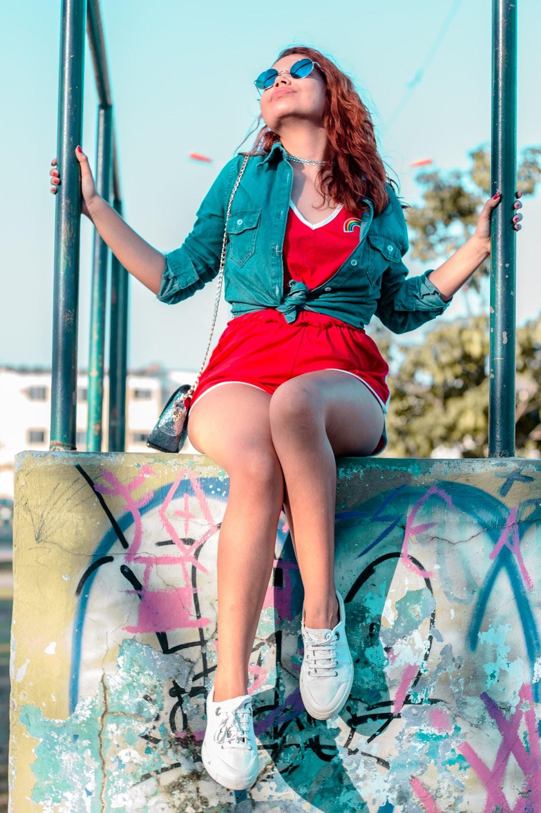 look tumblr girl, cabelo ondulado, cabel ruivo, camisa jeans, look vermelho, macaquinho vermelho, look da china, look tenis branco, look azul e vermelho, ruiva usando vermelho, romwe, bolsa brilhosa, twinkledeals