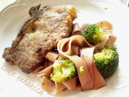 Veal cutlets with spiked pasta by Laka kuharica: for this sophisticated meal pasta is cooked in wine.