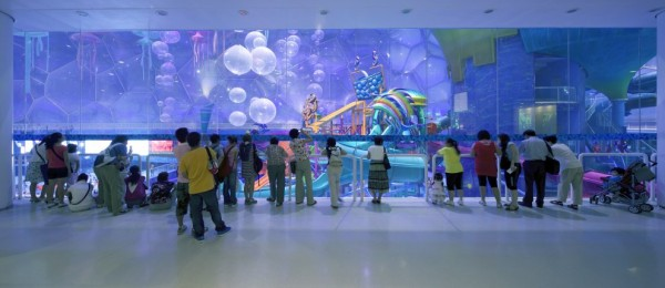 Photo of people looking at main hall at waterpark