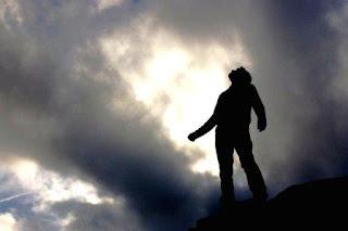 Nunca habrá un lugar eternamente oscuro, una condenación eterna. Dios, el amor eterno no se condena a sí mismo, está en toda alma. Aunque el alma sea un oscuro demonio, el amor palpitante, el Espíritu que todo lo conserva, está en cada alma. También el demonio encontrará algún día el camino hacia el amor universal, pues en el universo sólo hay amor. Todo lo demás perecerá ante la vida eterna. El universo es como una balanza, en ambos platos está el amor, la balanza debe guardar el equilibrio; si existiese un lugar eternamente oscuro, entonces el equilibrio del universo no estaría garantizado.