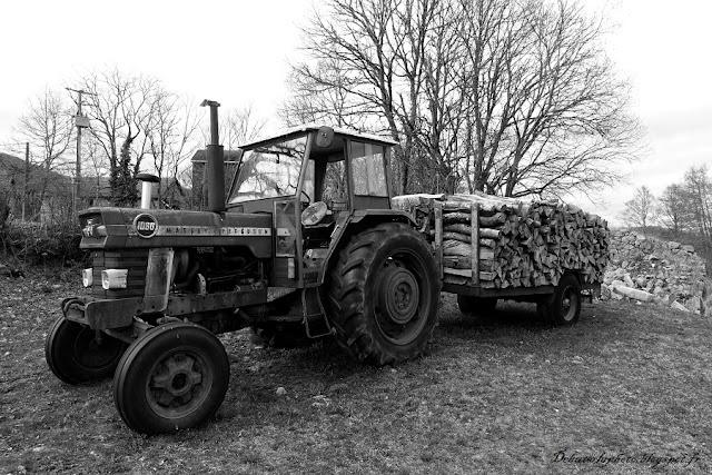 tracteur noir et blanc