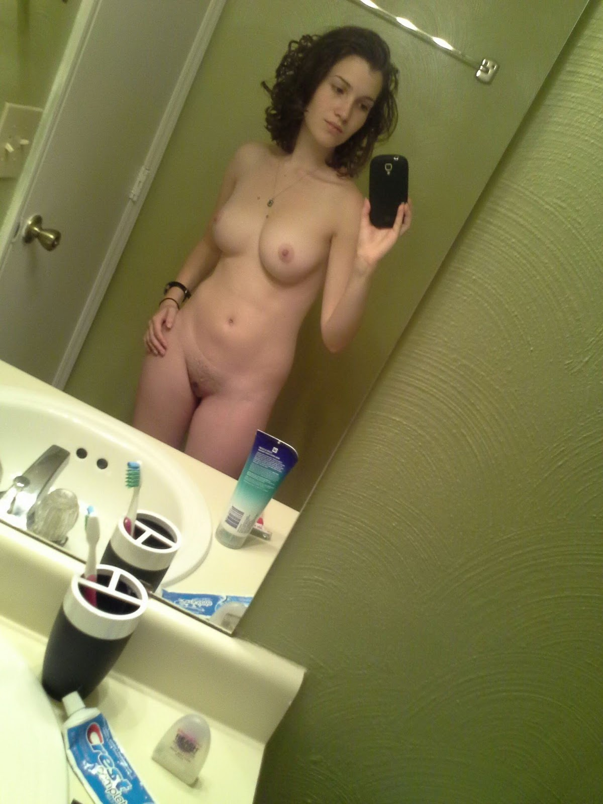 лицо девушка дома снимает себя на камеру независимо пола, часто