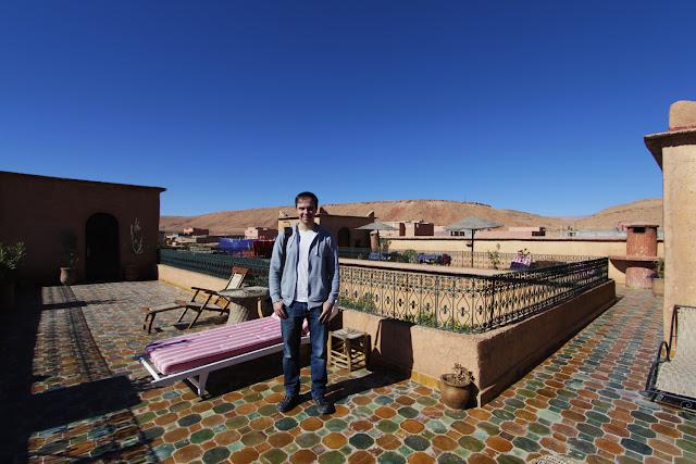 Alberto en el solárium del riad Timadrouine