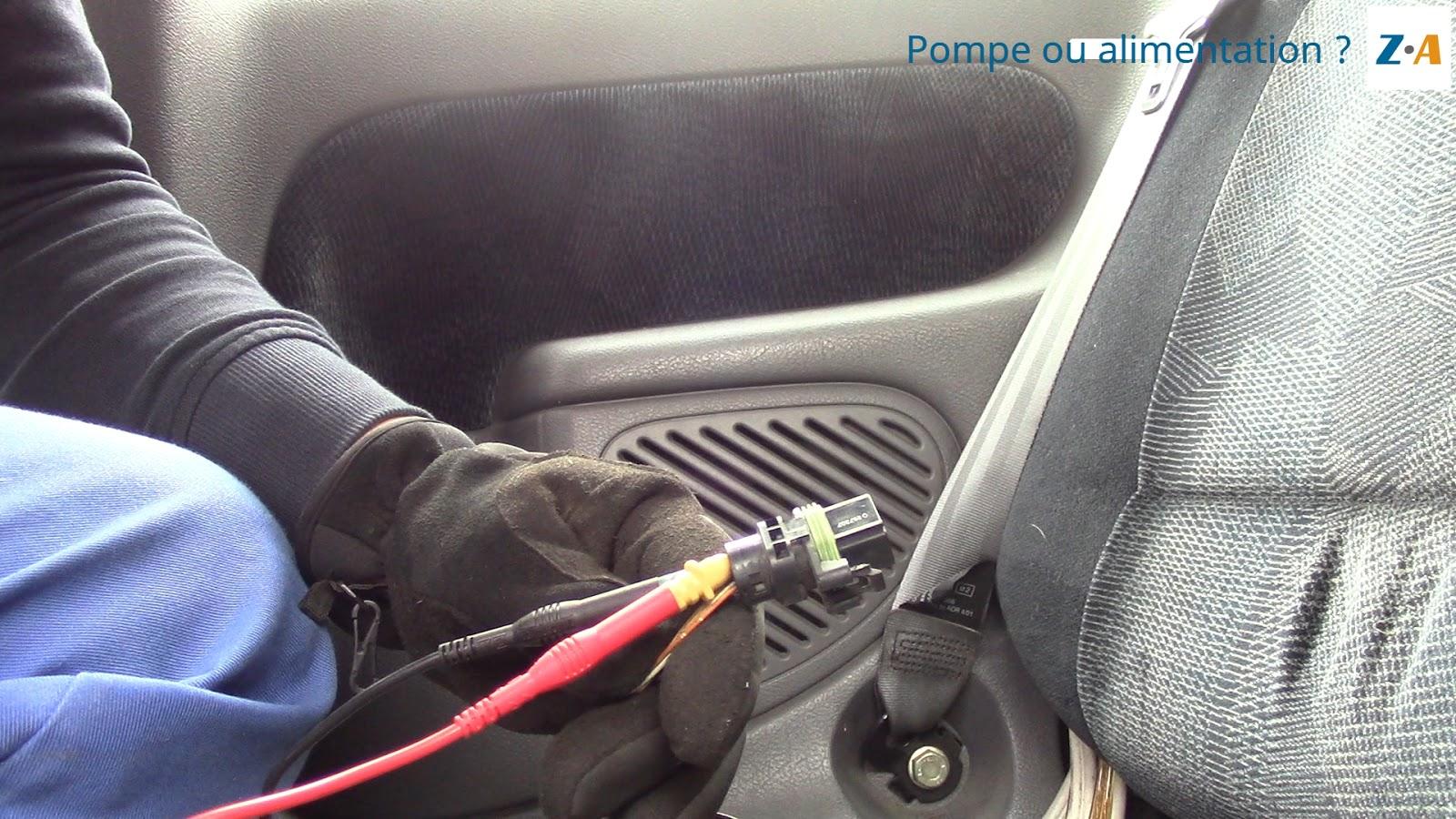 La mesure est effectuée à l'arrière de la prise grâce à des broches à aiguilles.