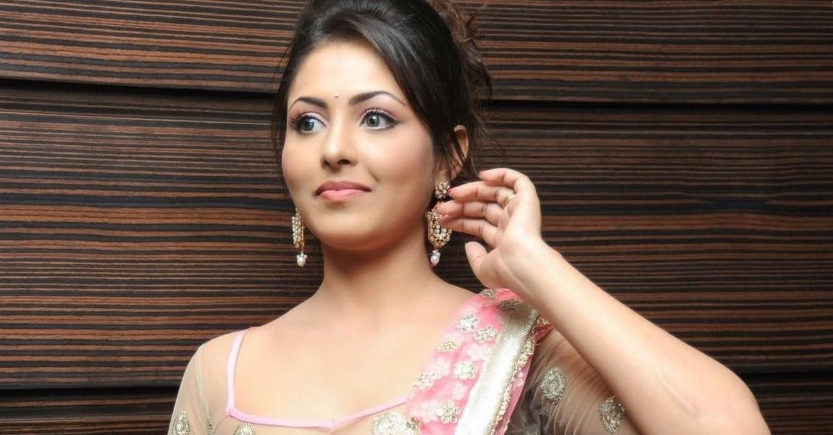 Madhu Shalini Hot Pics In Saree